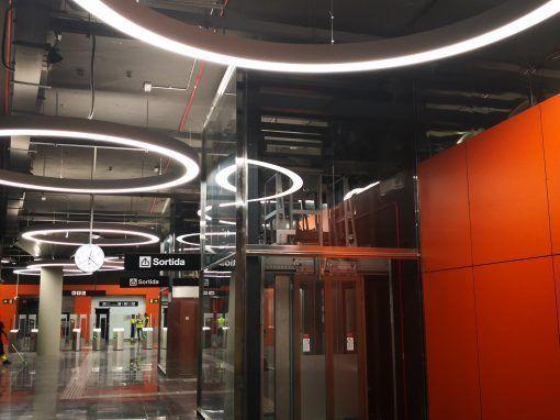 La luminaria Geminy ilumina la estación de metro la Foneria, de Barcelona