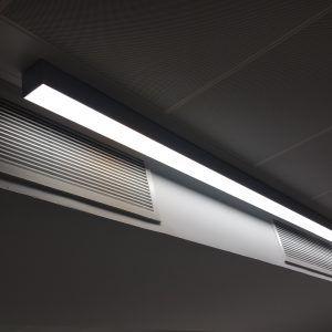 Sistema lineal de techo mejora ambiente de trabajo y calidad lumínica, optimización de recursos